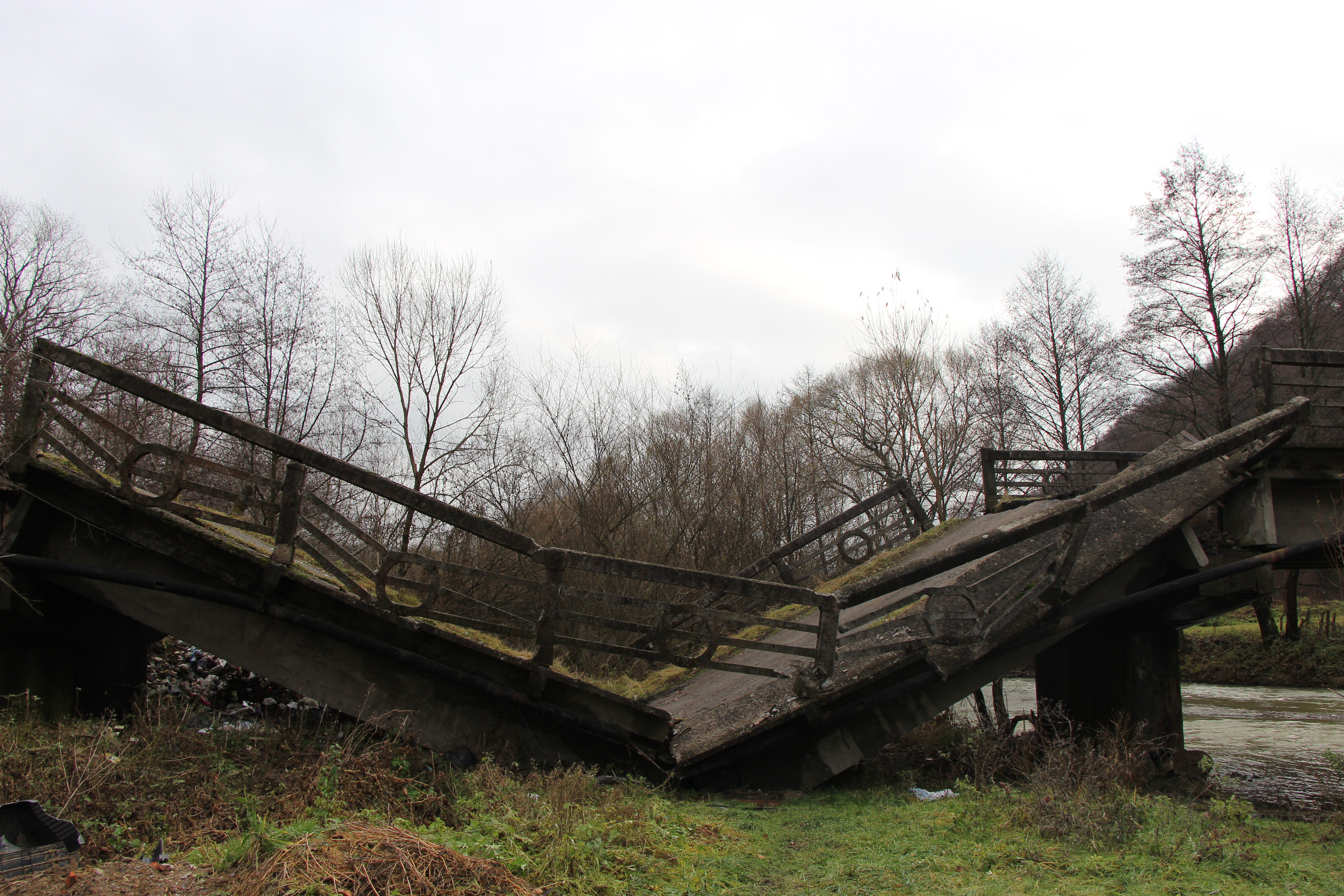 Старий міст біля В.Березного обвалився. Що далі?